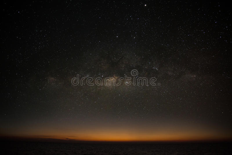 De melkachtige achtergrond van de maniermelkweg, nachthemel met melkachtige manierachtergrond, astronomiewetenschap en mooie melk stock afbeeldingen
