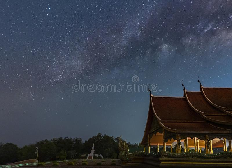 De Melkweg is boven de Thaise tempels stock fotografie