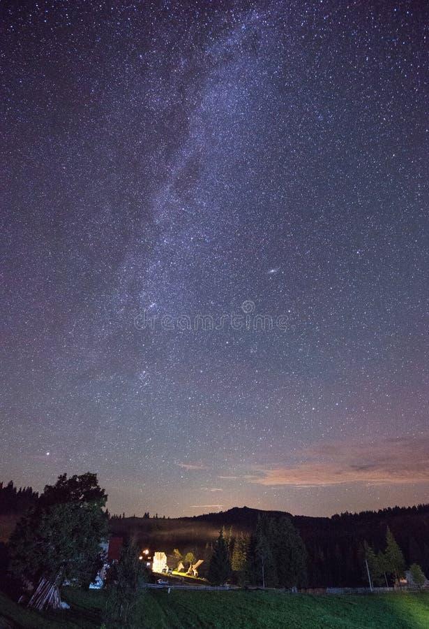 De Melkweg die over de Karpatische Bergen, Roemenië toenemen stock foto