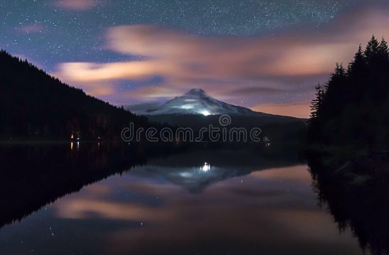 De melkweg en de wolkenstijging zetten hierboven Hood Oregon op stock foto
