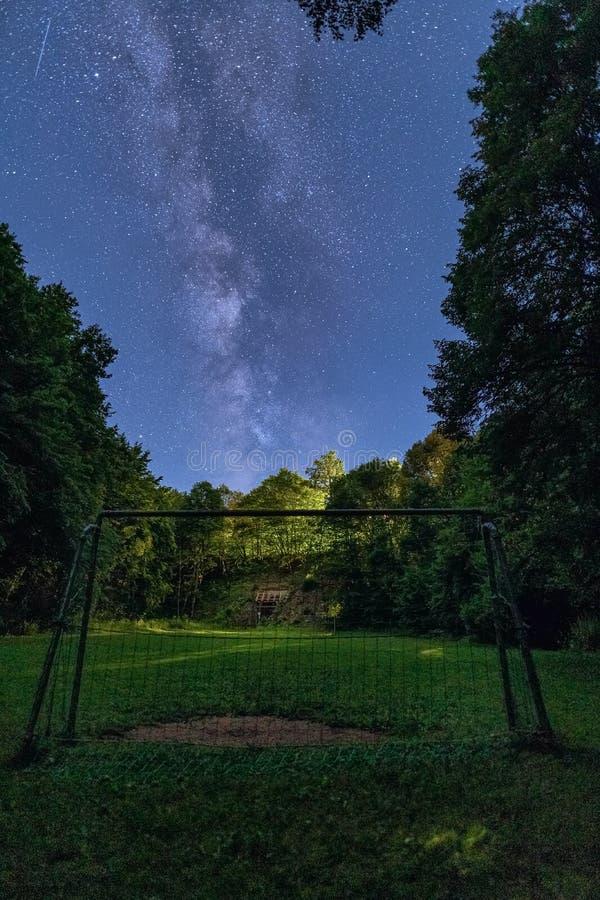 De Melkweg neemt over een doel in de voorgrond toe stock fotografie