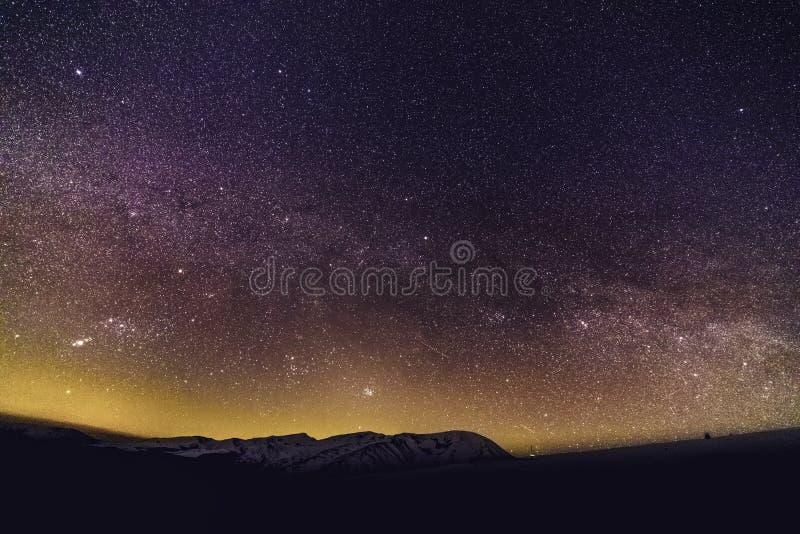 De de Melkwegmelkweg en sterren in de mooie nachthemel royalty-vrije stock afbeeldingen