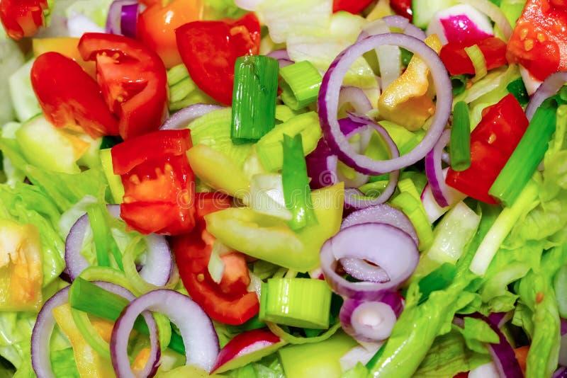 De mengeling van groenten hakte van de achtergrond uiringen van de tomatensla rood de close-up culinair kleurrijk menuontwerp royalty-vrije stock fotografie