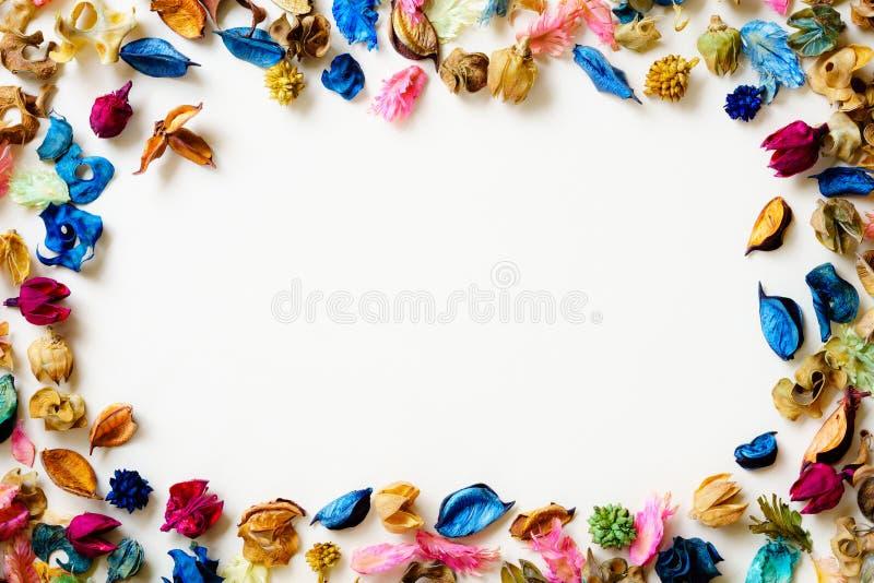 De mengeling van het Aromatherapywelriekend mengsel van gedroogde bloemen en kruiden van droge aromatische bloemen met exemplaar  stock afbeeldingen