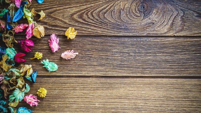 De mengeling van het Aromatherapywelriekend mengsel van gedroogde bloemen en kruiden van droge aromatische bloemen op houten B stock afbeelding