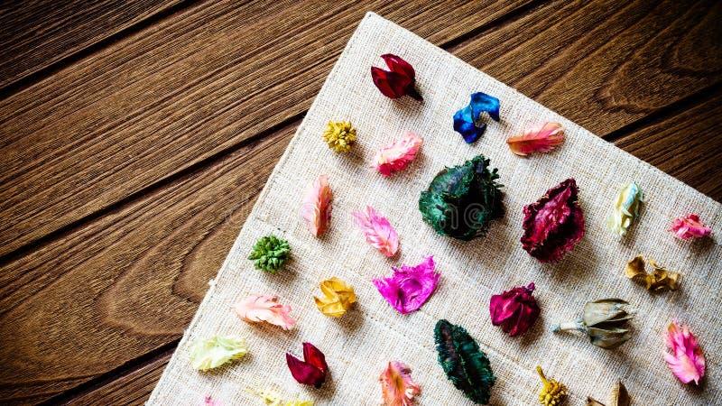 De mengeling van het Aromatherapywelriekend mengsel van gedroogde bloemen en kruiden van droge aromatische bloemen op houten B stock foto