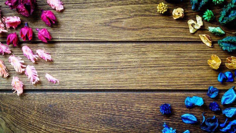 De mengeling van het Aromatherapywelriekend mengsel van gedroogde bloemen en kruiden van droge aromatische bloemen op houten B royalty-vrije stock fotografie