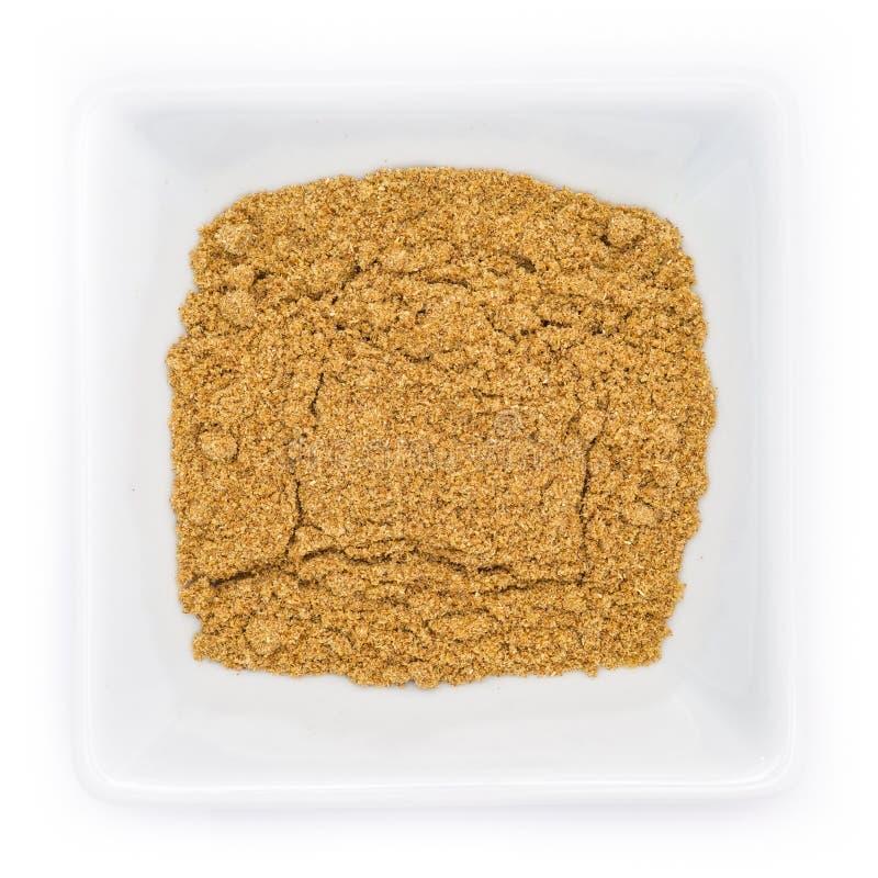De mengeling van het broodkruid in een witte kom stock foto