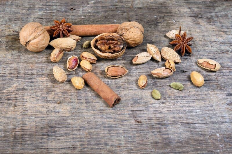 De mengeling van het notenkruid op rustiek hout stock foto
