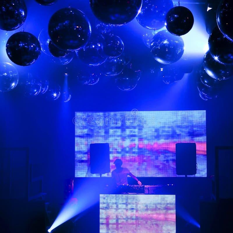 De mengelingen van DJ bij een nachtclub op de scène royalty-vrije illustratie