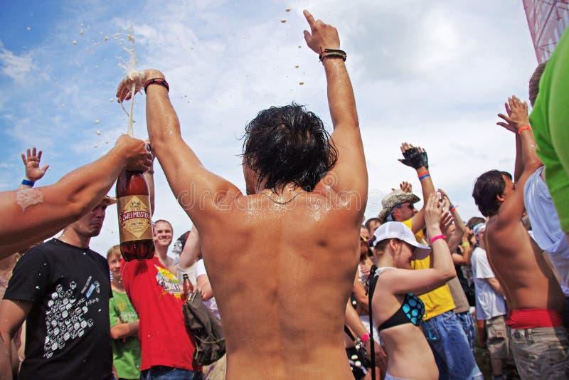 De menigte bier wordt gegoten bij het festival van rock 'Invasie 'in het Grote gebied dat van Zavidovo Tver stock foto