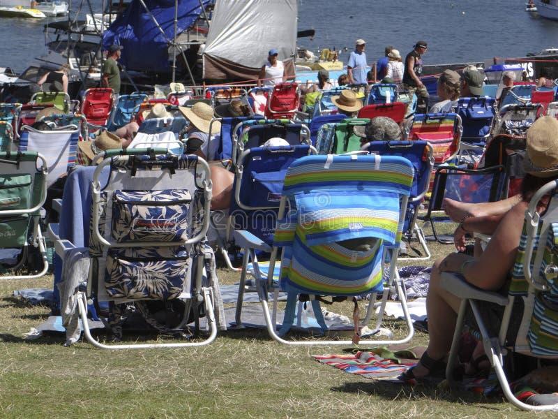 De menigte geniet van luister op een zonnige dag stock fotografie