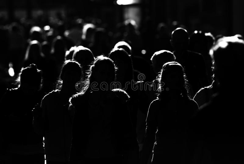 De menigte, mensen gaat in grote stad werken stock afbeeldingen