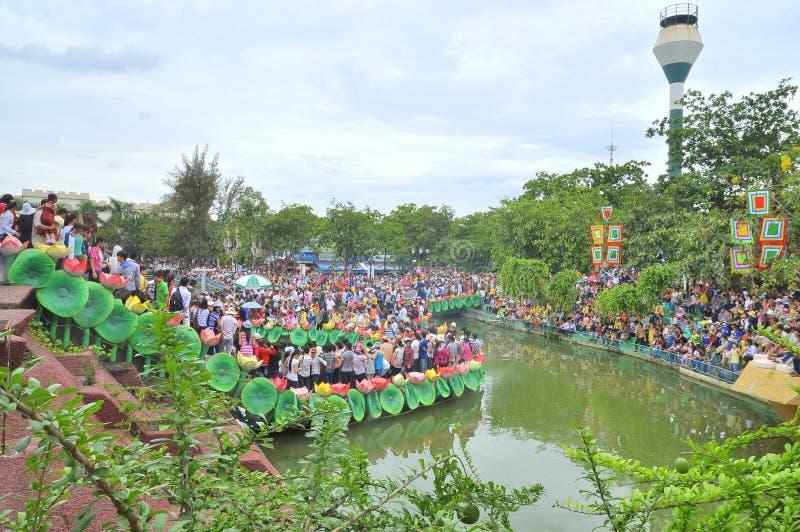 De menigte van Boeddhisten biedt wierook aan Boedha met duizend handen en duizend ogen in het park van Suoi Tien in Saigon aan royalty-vrije stock afbeelding