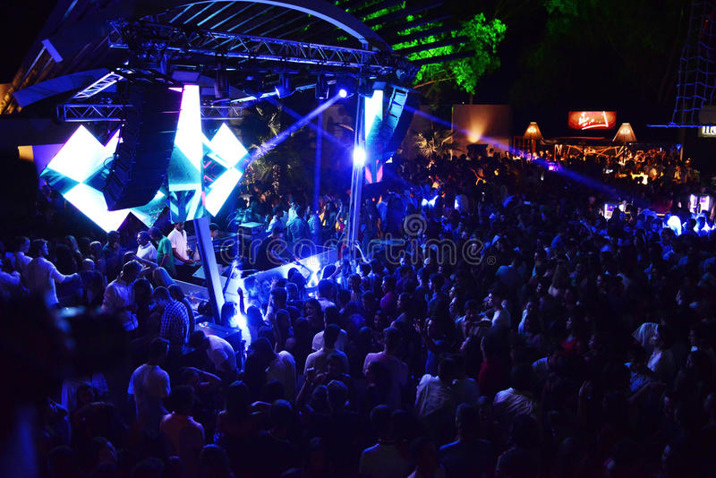 De Menigte van de dansmuziek bij Openluchtnachtclub, Zomer stock fotografie