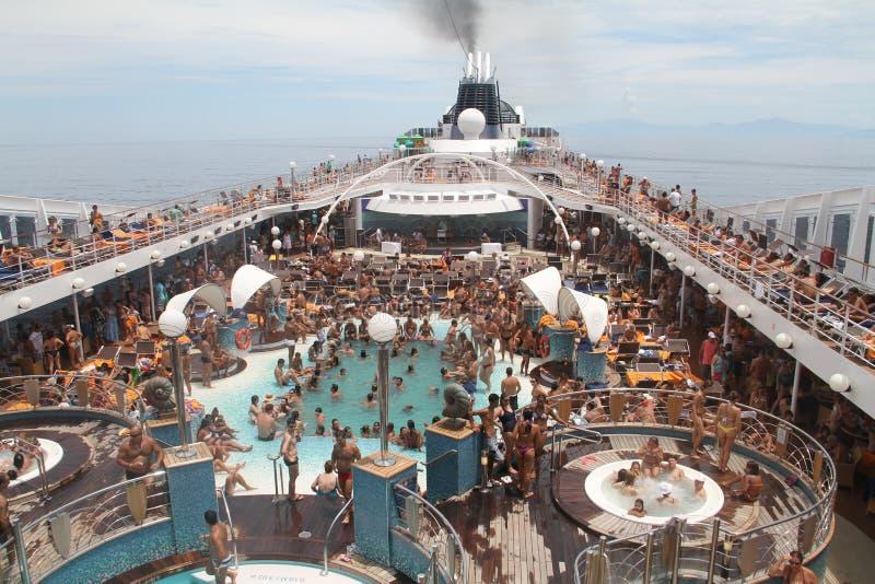 De Menigte van het cruiseschip - Braziliaanse kustlijn stock fotografie