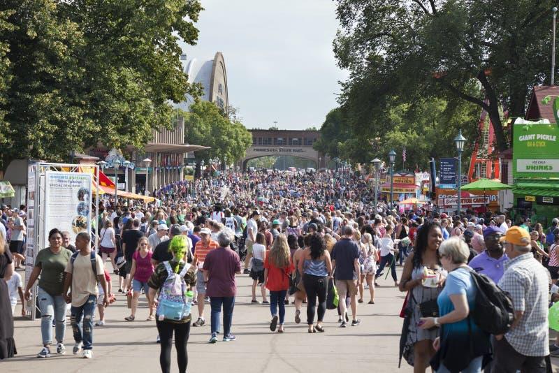 De menigte van mensen langs een weg in Minnesota verklaart Eerlijke duri stock foto's