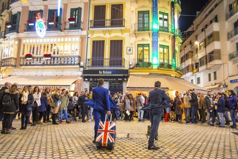 De menigte van mensen let op de prestaties van straatkunstenaars in Malaga, Spanje stock foto