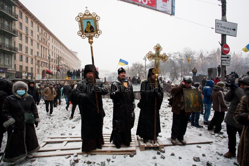 De menigte van mensen luistert biddende geestelijkheid van Oekraïener royalty-vrije stock afbeeldingen