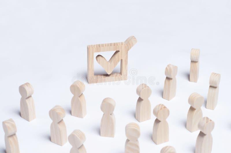 De menigte van mensen neemt aan de verkiezing deel Politiek proces, forum, referendum, annexatie, beroep, terugtrekking van stock foto's