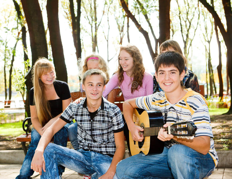 De menigte van tienerjaren in park stock fotografie