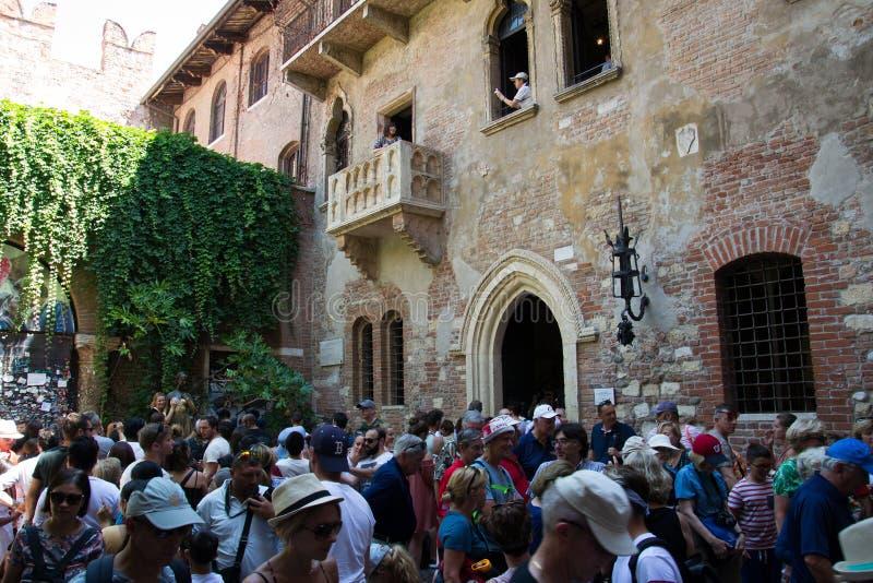 De menigte van toeristen onder het balkon van het huis van Juliet Verona, Itali? stock fotografie