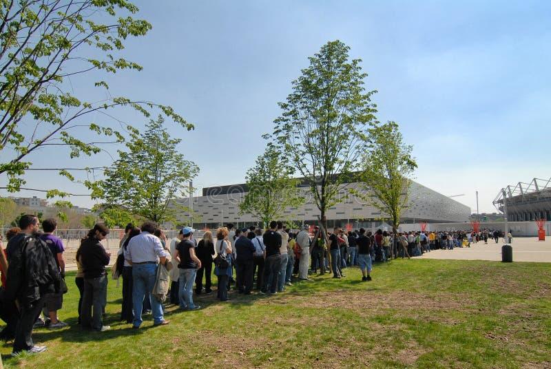De menigte wacht op een rij etikettering op muziekgebeurtenis in PalaIsozaki PalaAlpitour stock afbeeldingen