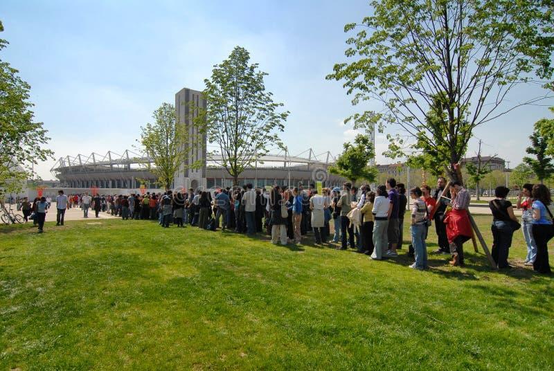 De menigte wacht op een rij etikettering op sportvoetbalwedstrijd bij Olympisch Stadion Grande Turijn royalty-vrije stock afbeelding