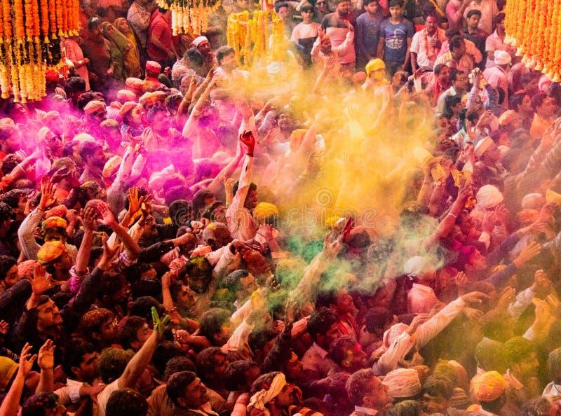 De menigten kunnen onder het Festival van duirngholi in India worden gezien, het werpen stock fotografie