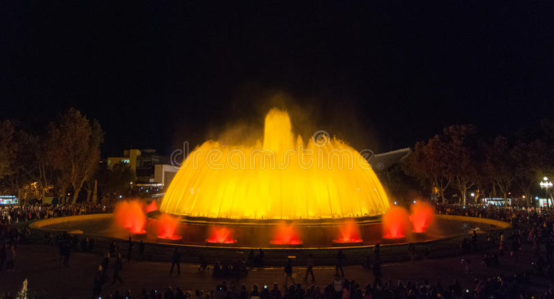 De menigten van mensen bij de kleurrijke licht & waterfontein tonen Nacht in Barcelona, Spanje, bij de magische fontein stock afbeeldingen