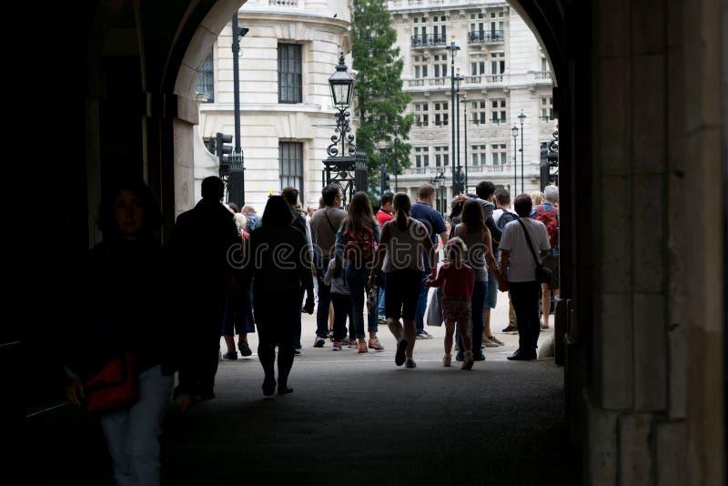 De menigten van toeristen gaan door overwelfde galerij over bij de Parade van Paardwachten in Londen, Engeland stock afbeelding