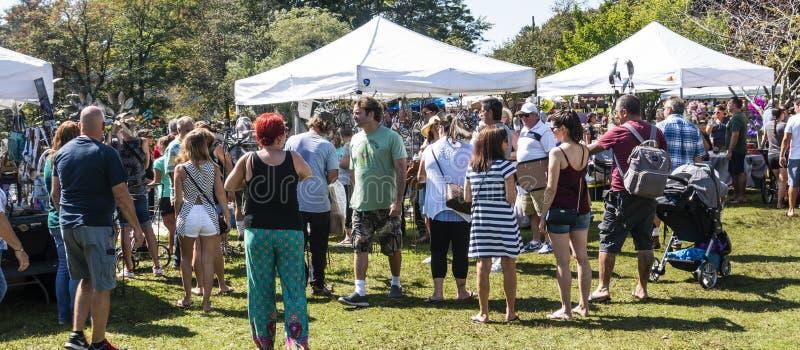 De menigten verzamelen zich in park voor lokale markt royalty-vrije stock foto's