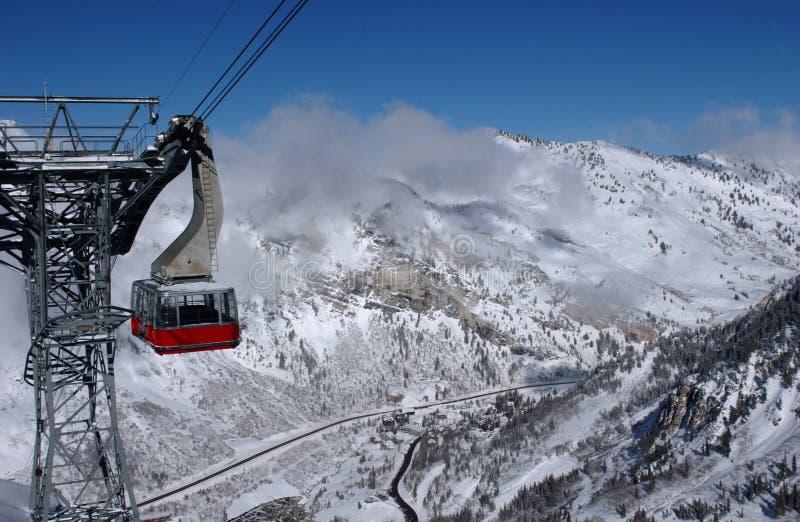 De mening aan de bergen en de rode skitram in Snowbird ski?en resoriew aan de bergen en de rode skitram bij Snowbird skitoevlucht  royalty-vrije stock fotografie