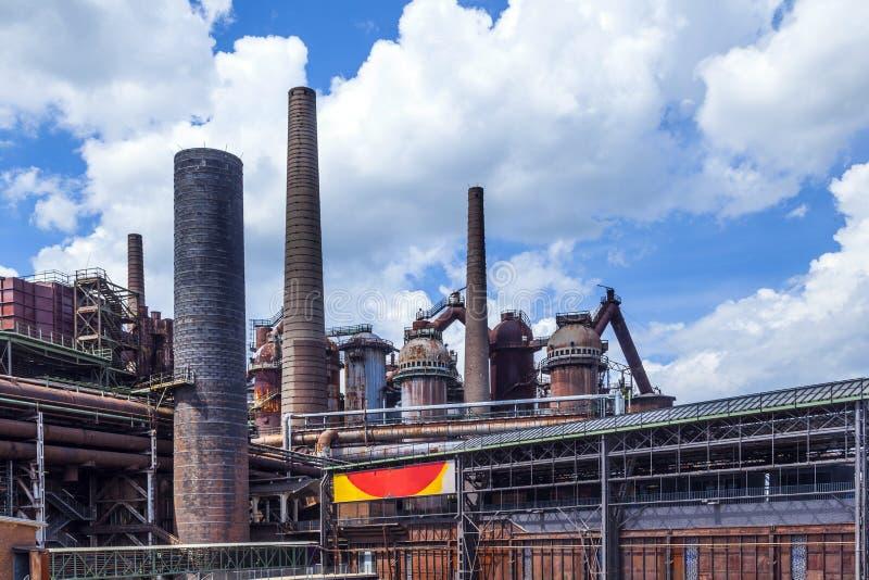 De mening aan oud ijzer werkt fabriek stock afbeelding
