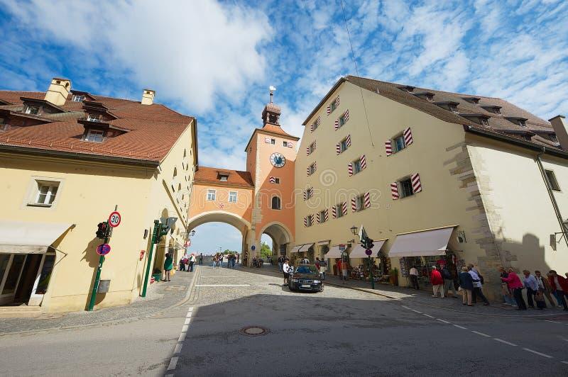 De mening aan de straat en de oude steen overbruggen toren in Regensburg, Duitsland royalty-vrije stock afbeeldingen