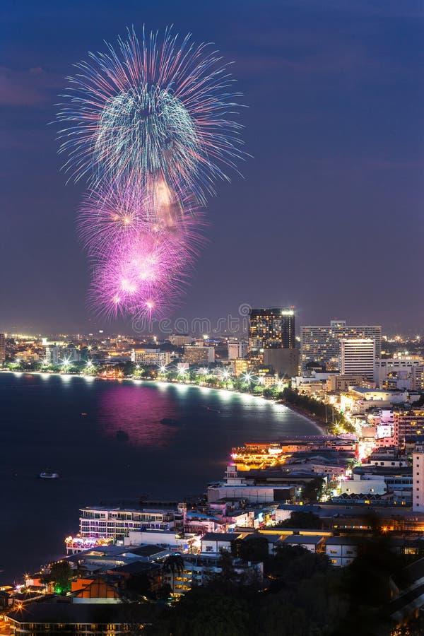 De mening en het vuurwerk van de nacht bij stad Pattaya stock fotografie