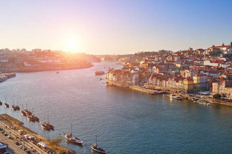 De Mening en oude stad Porto van de Dourorivier bij zonsondergang, stock foto's