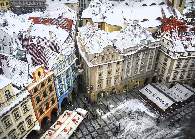 De mening over de huizen en de daken vanaf de bovenkant van Staromestska-toren stock fotografie