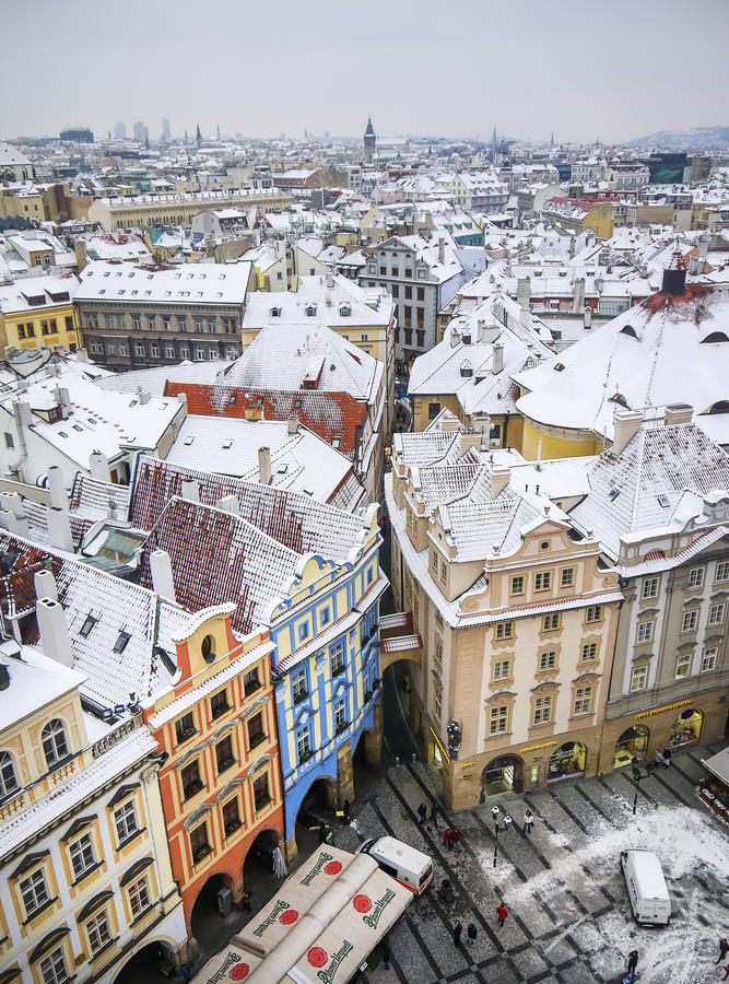 De mening over de huizen en de daken vanaf de bovenkant van Staromestska-toren stock afbeelding