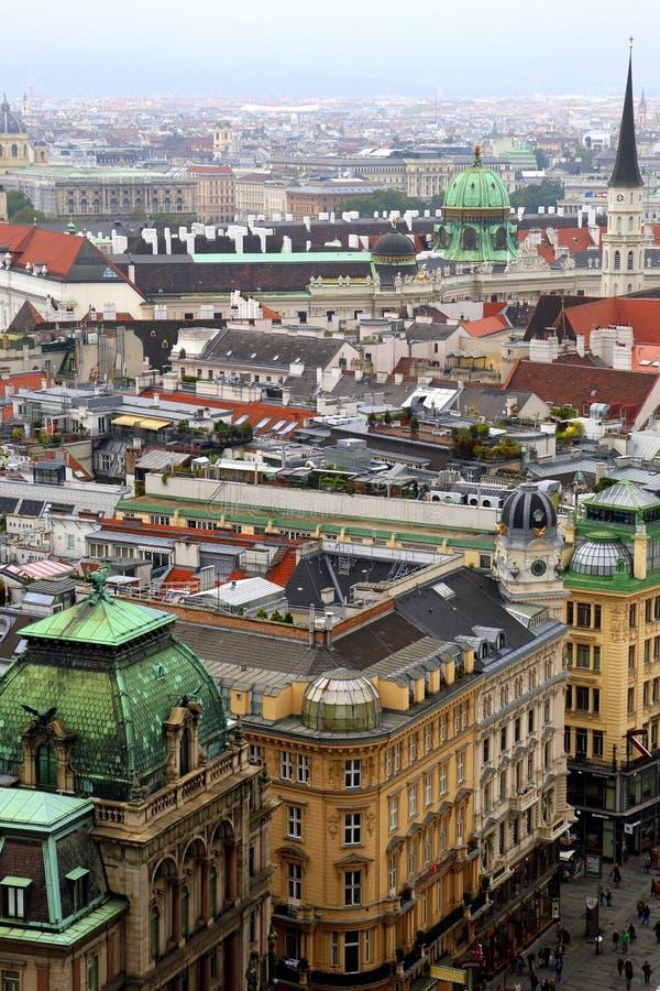 De mening over de stad en de daken van huizen stock foto