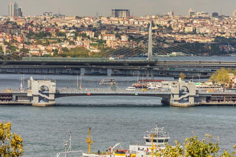 De mening over de Gouden Hoorn met de Galata-Brug en Atatà ¼ rk overbruggen in Istanboel stock afbeeldingen