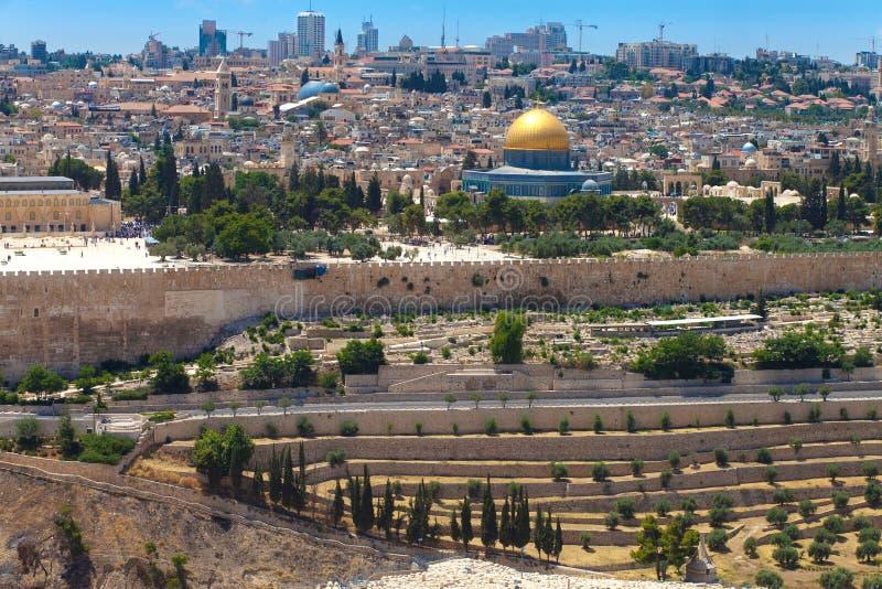 De mening over de Koepel van Rots en de Tempel zetten op stock foto's