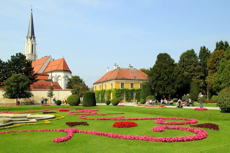 De mening over park met gebouwen, bomen en kleurrijke bloemen royalty-vrije stock fotografie