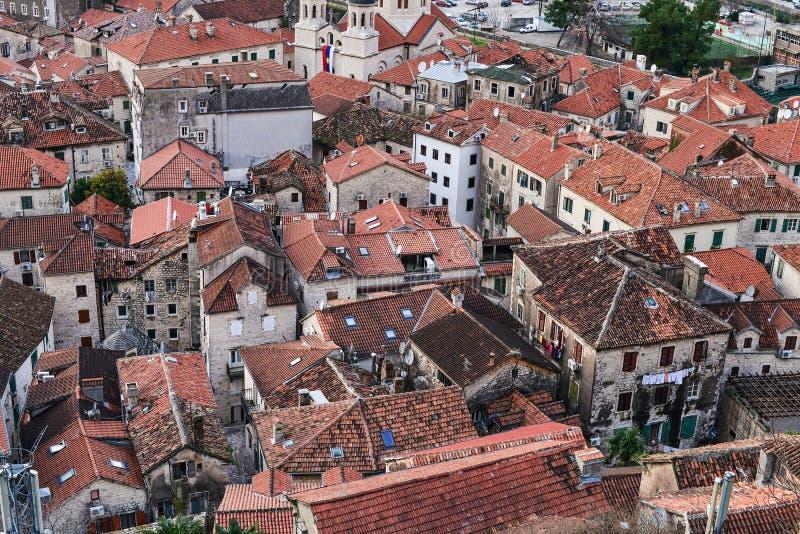 De mening over rode tegelsdaken van het oude centrum van Kotor, Monten royalty-vrije stock fotografie