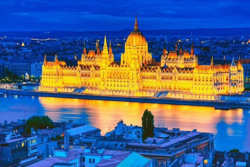De mening van de avondnacht van het verlichte Parlement van Boedapest met de rivier van Donau in Hongarije royalty-vrije stock afbeeldingen