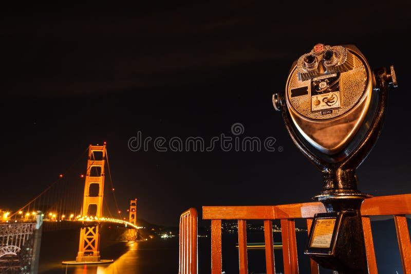 De mening van Baaibrug San Francisco stak omhoog bij nacht aan royalty-vrije stock afbeelding