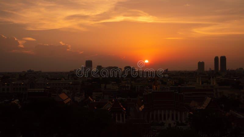 De mening van Bangkok van gouden tempel bij zonsondergang over de verkeersstad met colorfulsky stock afbeelding
