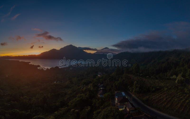 De mening van Batur-meer en zet Agung tijdens mooie zonsopgang in Bali op stock afbeeldingen