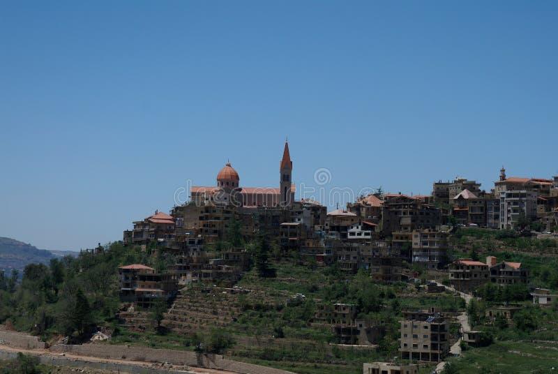 De mening van Bcharreh en brengt Saba Cathedral van Gibran Khalil, Libanon in de war royalty-vrije stock foto