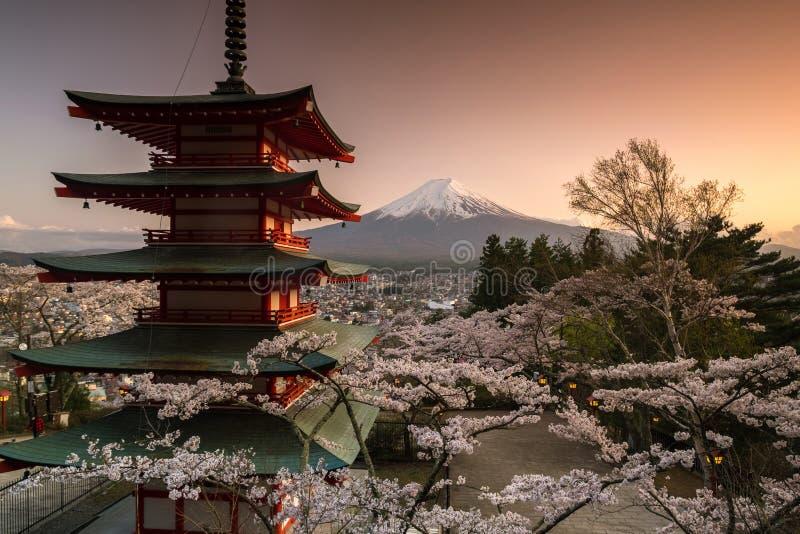 De mening van Berg Fuji en Chureito-de Pagode met kers komen in de lente, Fujiyoshida, Japan tot bloei stock afbeeldingen